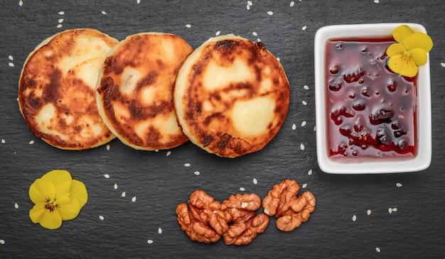 Frittelle di ricotta e salsa di fragole