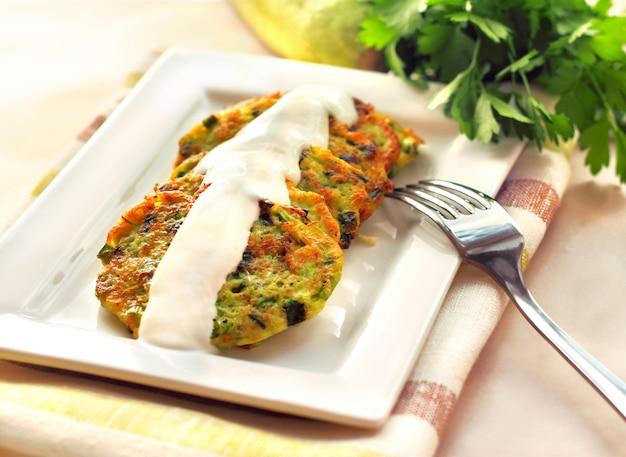 Frittelle di zucchine con cipolle verdi