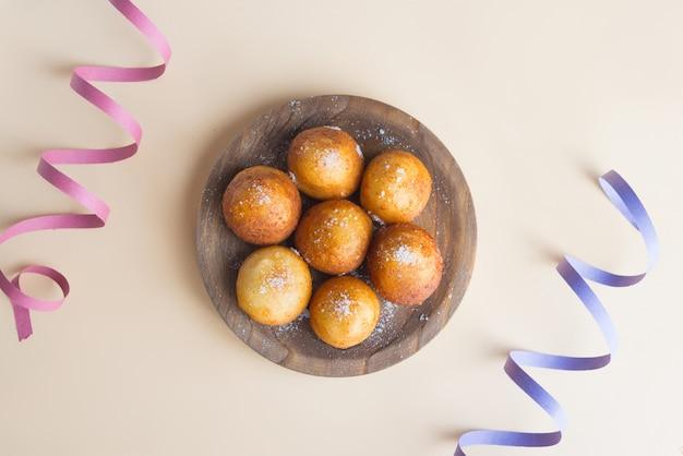 Frittelle italiane di carnevale nel carnevale su fondo marrone