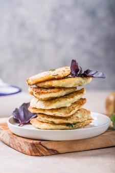 Frittelle vegetariane di zucchine o pancake ricoperti di panna acida