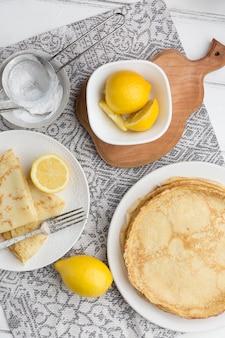 Frittelle vista dall'alto con limoni