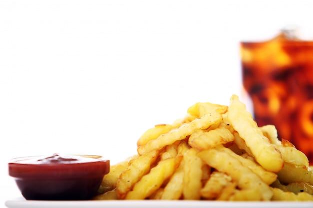 Frittura di patate con ketchup e bevanda alla cola