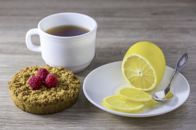 Frollini friabili fatti in casa con una tazza di tè.