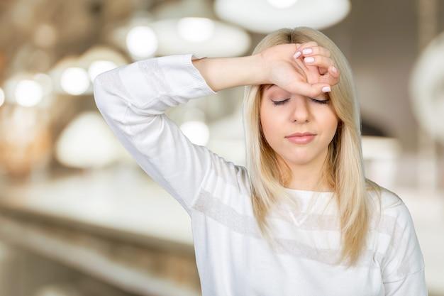 Fronte commovente della donna matura depressa e tenere gli occhi chiusi
