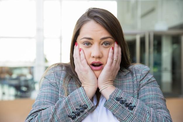 Fronte commovente della donna scossa di affari all'aperto