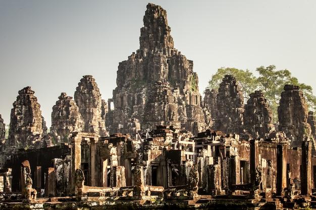 Fronte del castello di bayon a angkor thom, cambogia