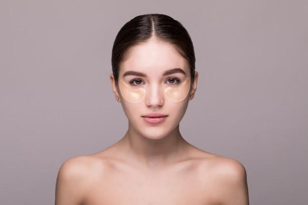 Fronte di bellezza di bella donna con pelle fresca pulita isolata