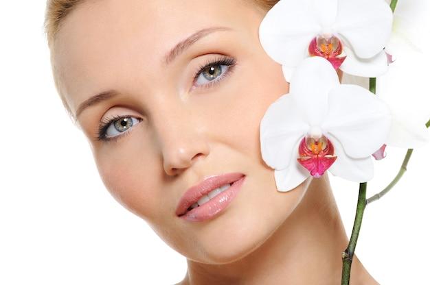 Fronte di donna fresca e chiara con fiori