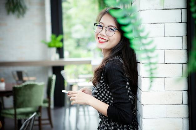 Fronte sorridente toothy di bella emozione asiatica di felicità della giovane donna
