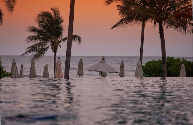 Fronte spiaggia con piscina d'acqua