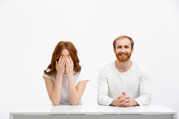 Fronte vicino della donna come sorridere dell'uomo