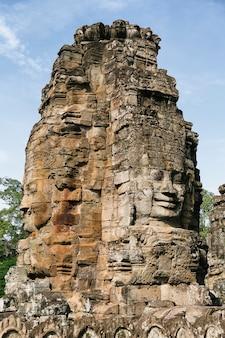 Fronti nella pietra nel tempio di bayon, angkor, cambogia.