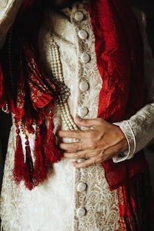 Frontview dei vestiti tradizionali degli uomini indiani
