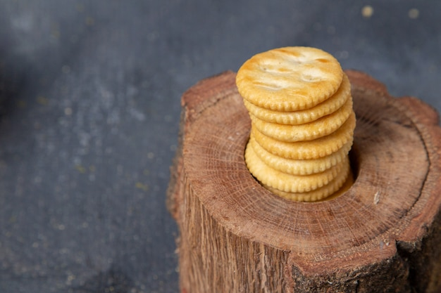 Frotn visualizza i biscotti dolci rotondi sul legno e sul fondo grigio del cracker del biscotto del biscotto foto