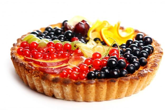 Fruitcake saporito su bianco