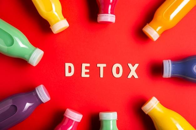 Frullati colorati vista dall'alto con scritte detox