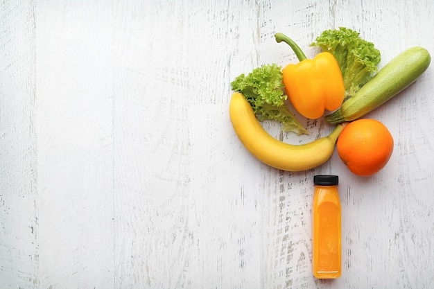 Frullati di arance in una bottiglia di frutta per una buona salute e perdita di peso