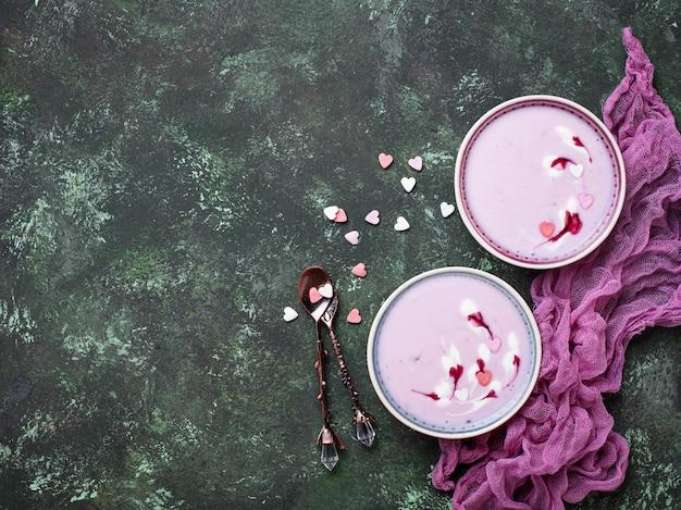 Frullati di bacche dolci in ciotole. dessert sano