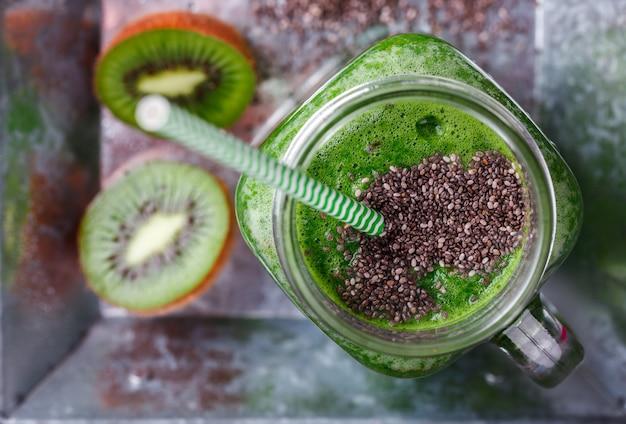 Frullati di frutta e verdura verde.