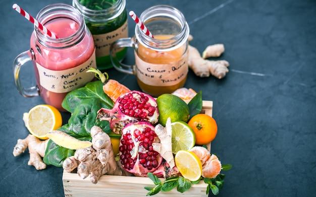 Frullati di frutta fresca vitaminici in barattoli di vetro con frutta
