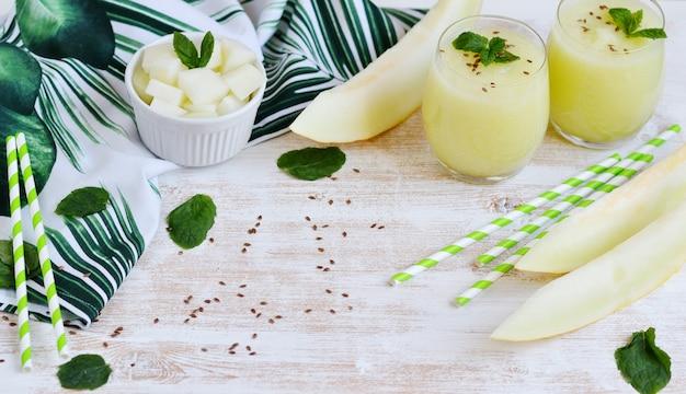 Frullati di melone fresco freddo con menta in vetro, bevanda estiva bevanda, concetto di cibo sano, freschezza, frutta esotica