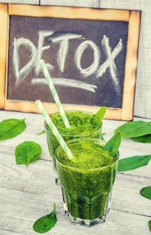 Frullati verdi con verdure e frutta. detox day. dimagrimento ed escrezione delle scorie. mangiare sano. messa a fuoco selettiva