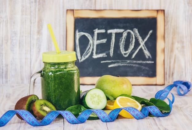 Frullati verdi con verdure e frutta. detox day.