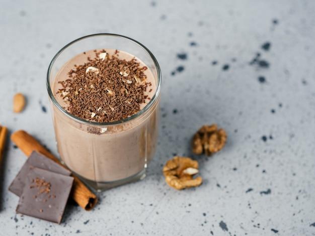Frullato al cioccolato al latte con cannella alle noci di cacao