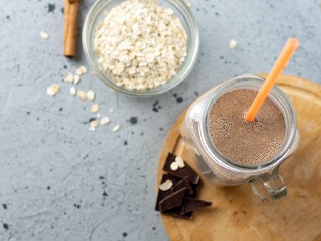 Frullato al cioccolato con farina d'avena e noci in un barattolo