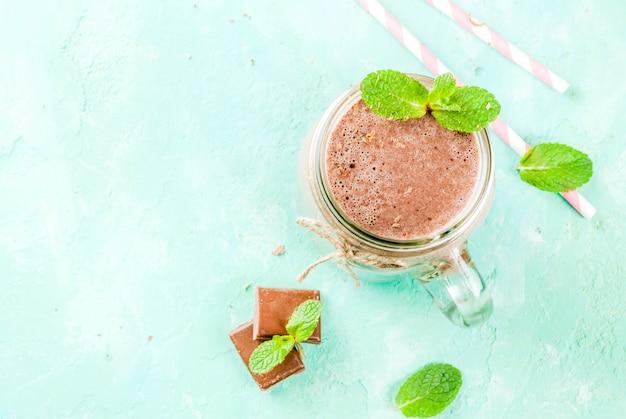 Frullato al cioccolato con menta e paglia in barattolo di vetro
