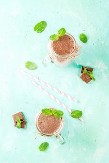 Frullato al cioccolato con menta in barattolo di vetro