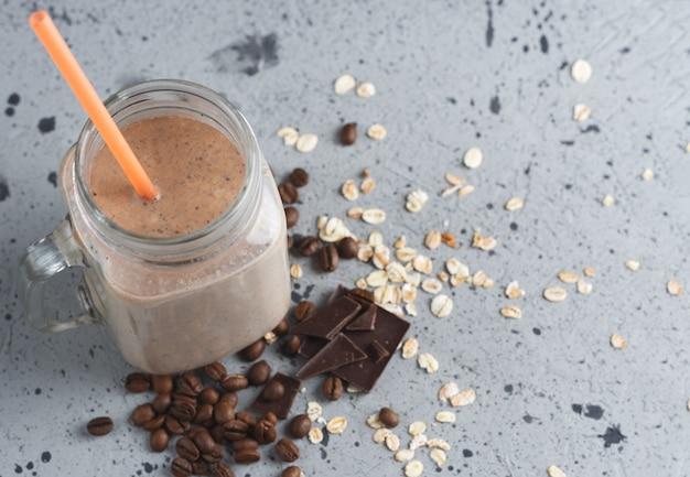 Frullato caffè al cioccolato frullato per la colazione con farina d'avena e cannella