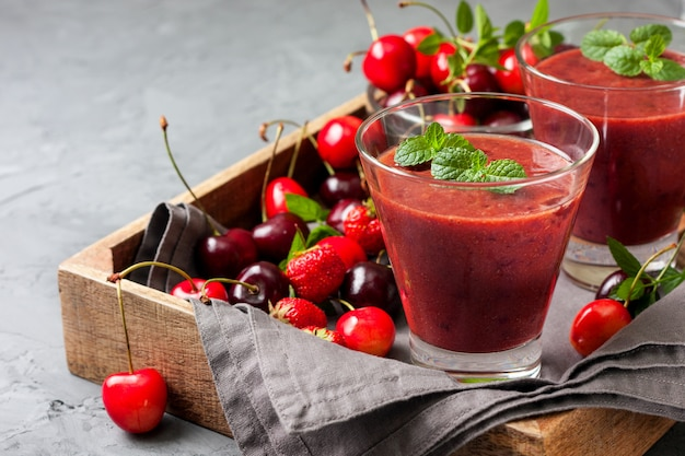 Frullato con ciliegia in un bicchiere