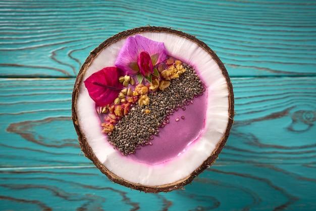 Frullato della ciotola di acai all'interno del granola di chia della noce di cocco