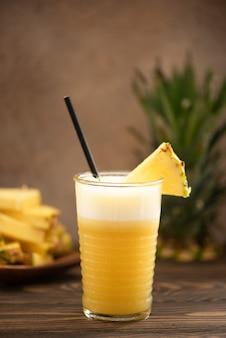 Frullato di ananas con succo fresco in bicchieri di vetro