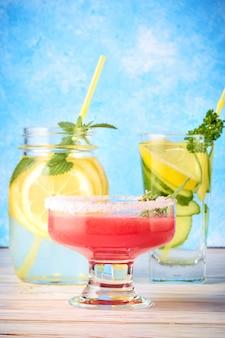 Frullato di anguria rossa, acqua di cetriolo e limonata con foglie di menta