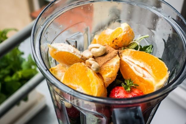 Frullato di arancia e fragola con anacardi