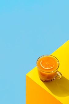 Frullato di arancia fresco all'angolo di un tavolo