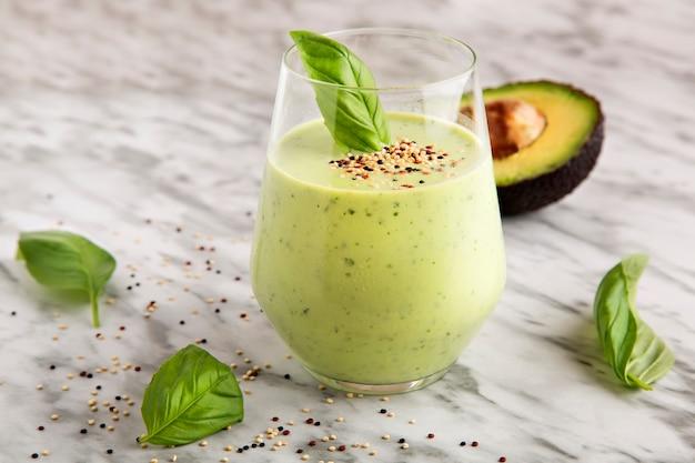 Frullato di avocado e basilico, bevanda salutare.