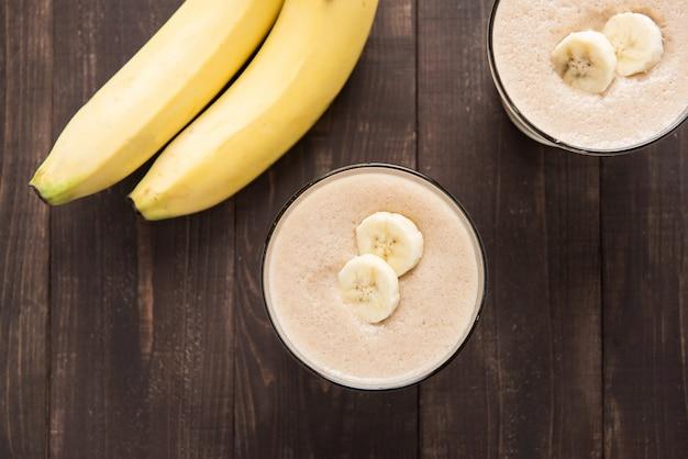 Frullato di banana colpo dall'alto sul tavolo di legno