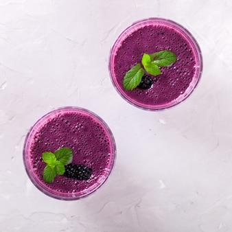 Frullato di blackberry con bacche fresche in bicchieri.
