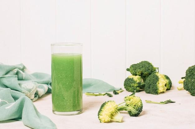 Frullato di broccoli accanto al tovagliolo blu