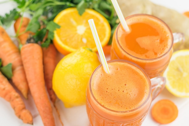 Frullato di carote con radice di arancia, limone e zenzero.