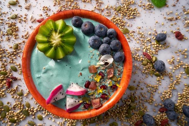 Frullato di ciotola di acai con semi di mirtillo kiwi
