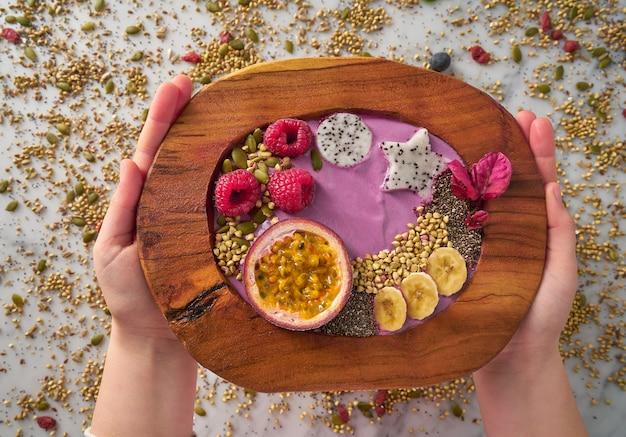 Frullato di coppa di acai con passion fruit e lamponi