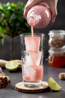 Frullato di fragole vista frontale viene versato in bicchieri