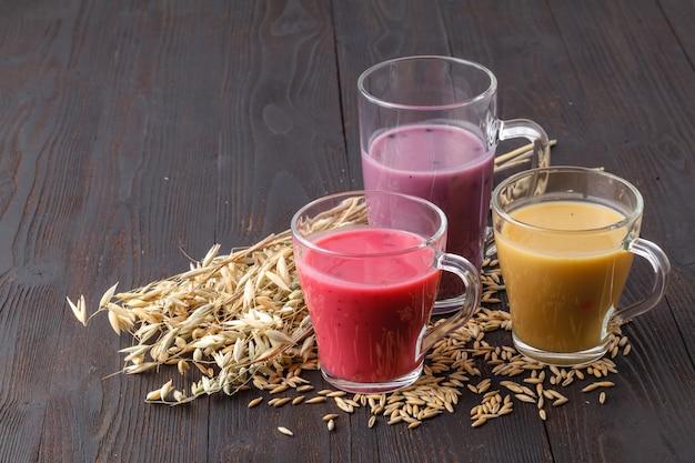 Frullato di frutta antiossidante in casa estiva con avena sul tavolo rustico