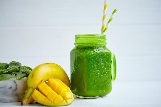 Frullato di mango con banana e spinaci