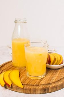 Frullato di mango con sfondo bianco