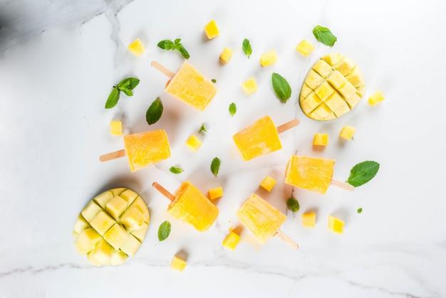 Frullato di mango congelato, con foglie di menta e frutta fresca di mango